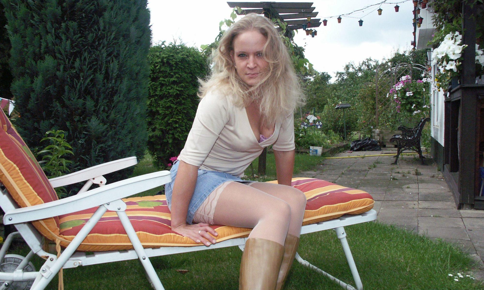 Blondine mit einsehbarem Dekollete